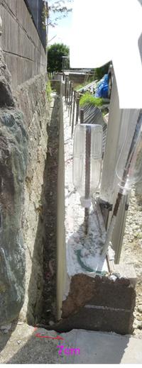 RC擁壁水抜き穴からの排水溝、7cmで出来ますか。 苦労の末なんとか型枠取れました。測量したら5cmの控えのはずが7cmになってました。 また南崖のほう、打設前日夕方、型枠を蹴りすぎて3cm内側に倒れてしまっています。 悔しいです。  このまま垂れ流しでも問題ないですが、お隣りさん石垣排水穴から垂れ落としされてる雨水土砂について、苦情を言いたいので、排水溝を作らないといけません。 ...