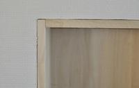 ニッチ製作で石膏ボードと木板の隙間を埋めるのはどんなパテ?がいいですか。  DIYで持ち家の石膏ボードの壁に穴をあけ、そこにパイン材のニッチボックスを入れました。 概ねキレイに入りま したが、1mm以下ながら隙間が空いており、まだ見苦しいです。 最終的にはパイン材の上からニッチボックス全面に壁紙を貼って壁と同じ雰囲気のニッチにしたいです。  そのためには  1.隙間を埋める...