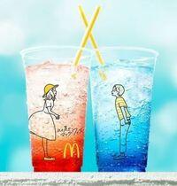 マクドナルドのマックフィズの氷の量はマニュアルではどれくらいと規定されてますか? マクドナルドのお客様相談室というHPには氷の量は規定されていると書いてます。 マックフィズのカップ画 像添付しますので...
