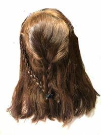 いま、ストレートパーマと縮毛矯正どちらにするかすごく迷っています。何もしてない状態でこんな感じの私の髪の毛はストレートパーマでも真っ直ぐになるでしょうか??この変な三つ編みは気にしないでください(笑)