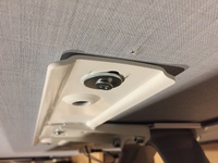 写真のビスの打ち方は、強度を出すために斜めになっていると想定されますか?  壁掛けテレビ取付金具の写真なのですが、家電量販店を通して依頼した電気屋さんが打ち込みました。   真っ直 ぐでは、ないです...