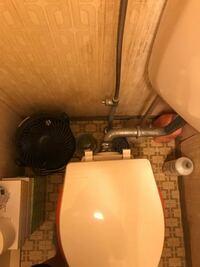 トイレの交換をしようかなと思っていたのですが、 どうも古い隅付けトイレで、それに合わせて給水管を設置したせいか便器のほぼ真後ろのような場所に給水管が設置されてしまっています。 この場合だとこのままで...