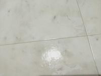 ゴム製(シリコン製?)の床にコロコロテープの粘着剤がついてしまったのですがどうしたら落ちますでしょうか??