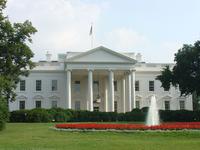 アメリカ合衆国のホワイトハウスのスタッフの入れ替えについて質問です。 なぜアメリカ合衆国の大統領が執務及び住居であるホワイトハウスでは、政権交代のたびにスタッフの入れ替えが行われるのでしょうか?