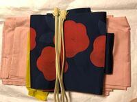 紬の着物に 椿柄の名古屋帯を合わせています。 40代半ばで この組み合わせはNGでしょうか? また、椿の帯を締めるのは 何月から何月までが適用ですか?  この取り合わせだと 帯締め帯揚げが 合わない気がします。何色を持ってきたら 良いと思いますか?