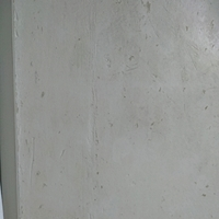 壁紙がカビてしまい、範囲も少ないことから自分で張り替えようと壁紙を剥がしました。 少しずつ古い壁紙を剥がしたのですが、カビが下まであったので、すべて剥がしてコンクリート?のようなも のが出てきてしま...