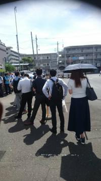 神奈川県厚木市にある「日産テクニカルセンター」の通勤バスって 炎天下や大雨の中でも、毎日30~40分位待ち列ができているの?