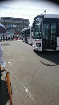 神奈川県厚木市にある「日産テクニカルセンター」の通勤バス もう人が満杯で乗れなくて、次のバスが来ていても  発車時刻まで絶対に発車しないのはナゼ?  民間のバスならともかく 通勤バスなら満杯なった時点で発車しても…