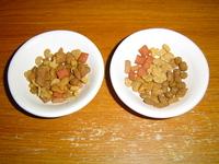 猫のエサ(カリカリ)は、何種類かを混ぜますか、それとも混ぜずに並べて出しますか?  猫にカリカリをやるとき、皆さんはどのように与えていますか? 家では5,6種類のエサを混ぜて与えていますが、 皆様の家...