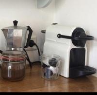 調理器具について質問です。 左側のシルバーの器具はコーヒーを入れるものだと思うのですが、名称は何ですか? 右側の白色の器具は何に使うもので、名称は何ですか? 教えてください。