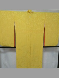 卒業式の袴と合わせる着物についてお伺いします。 この着物(二尺袖、色無地、膨れ織、一つ紋、比翼付き)を卒業式に着てもよいでしょうか? 学生で独身ですが、三十歳を過ぎています。 袖丈が 二尺袖でもよいで...