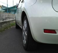 後輪タイヤが八の字になってる。 日産ノートe11 平成17年 125000km  今日、洗車してて思ったんですが後輪がやたらに八の字になってるように見えるんですが、これって、ヤバイのでしょうか。 前輪は問題ありません。 後輪だけが八の字になってて、タイヤの上部がやけに奥に入ってるように見えます。 左後輪と右後輪を比べると同じぐらいか、少し右側だけが奥に入ってるように感じます。