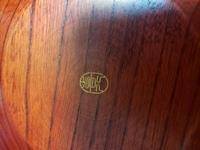 お皿のメーカーなどに詳しいかたに質問です。実家から頂き物の木の皿をもらいました。使い勝手がいいので同じものをあと数枚ほしいと思っているのですが、頂き物でどちらのものかわかりません。 裏に銘?裏印?が...