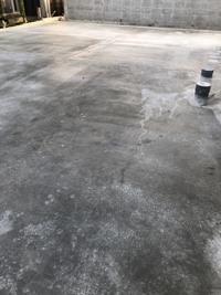 コンクリート打設について 写真がコンクリート打設24時間後ですが色にムラがありますが1〜2週間経てばムラが落ち着きますか? それともこのままなんでしょうか?
