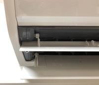 エアコンから水漏れしています。 画像添付しておりますが、エアコンの吹き出し口の横にあるグレーの切り込みが入った部分から水が漏れてきています。 原因はなんでしょうか? また、これはど うすれば水漏れが...