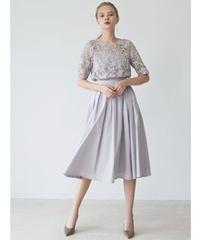 友人の結婚式にこのワンピースを着ていくのですが、とても寒い地域・時期なのでストールを使用したいと思っています。 何色だとあうと思いますか?ご意見お願いします