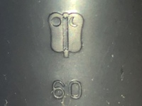 配管・雨樋・メーカー   添付した写真の数字の上にあるマークはこの配管材のメーカーのロゴでしょうか? どこの物かお分かりになる方がいましたら教えて頂ければと思います。よろしくお願い 致します。