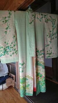梅の柄の着物(写真)を3月20日頃に着るのは季節外れでしょうか。  娘が卒業式に袴を着る予定で、そのための着物を考えています。 柄にもよるのだと思いますが、梅は冬(3月初旬頃まで)という方と通年大丈夫...
