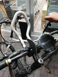 クロスバイク ロードバイクのハンドル部分についているこれは何をするパーツで何と言う名前なのでしょうか?