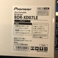 MacBook AirでBlu-rayが見る外付けドライブを購入しましたが全く使い方が分かりません。また再生ソフトもいくつか入れたのですが再生できません。 使い方教えてください。