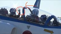 航空自衛隊・ブルーインパルスについて質問です。 ブルーインパルスのパイロットの方は離陸前に観客に向かって手を振っていますが、それと同時に親指と小指と人差し指???を立てて振っていま すよね?これには...