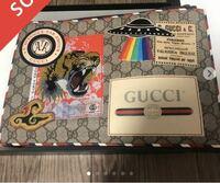 メルカリでgucciのクラッチバッグを購入しました。 こちらが本物かどうか判断出来る方教えていただきたいです。直営店のカードと箱がついています。