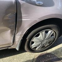 この車の傷の修理代はいくらぐらいになると思いますか?  また、この傷だと板金塗装とドア交換、どちらの方が安く済むのでしょうか?  トヨタ ヴィッツです。