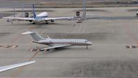 飛行機のことで質問です。 羽田空港にいて出発前に飛行機を見ています。  飛行機に乗ると滑走路に向けて走ったり、着陸したら駐機場に向かったりしますよね。  自動車とかだと道を間違えたりしますが、飛行機は間...