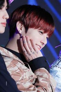 BTS ジョングクの手のタトゥーは本物の刺青でしょうか。それともヘナですか?