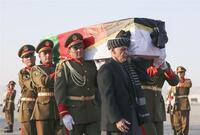 兵士という言葉の使い方について。 中村さんの棺を兵士が運んだというニュースを見るたび思いますが こんなふうに立派な参謀飾緒までつけた人たちは兵士とは呼ばないですよね? へいし 【兵士】  軍隊に属し...