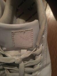 アーノルドパーマというブランドについて、 アーノルドパーマの靴でめちゃくちゃ軽いヤツが家にあるのですが正規品ですか? 一応イオンのABCマートで購入しました 写真⤵︎⤵︎⤵︎⤵︎⤵︎⤵︎⤵︎