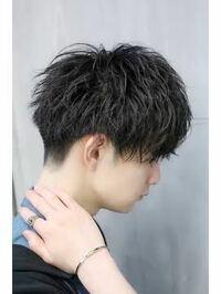 大学生の男です。 今の髪型は美容院でツーブロックにしてもらっているのですが、以下のような髪型にしたいです。このような髪型にするにはどのくらい伸ばせばいいですか? また美容院に行った時に何と注文すれば良いのでしょうか?