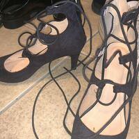 結婚式の服装です。20歳で身内の結婚式があって結婚式小さい時行って以来初めてです。 黒いワンピに黒の50でニールのタイツはいて ギリーパンプスはNGですか? ブーツはNGなんですよね? なんかブーツの買うとこ...