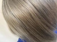 ヘアカラーについてです! この髪色からマニパニやエンシェールズなどのカラーバターで綺麗なシルバーにすることはできますか?(実際は美容院でネイビーに染めてもらい色落ちして写真より少し 明るくて緑がかっています) ブリーチは数えていませんが期間を空けて合計5回くらいはしていると思います。 髪質など個人個人で染まり方が違うのはわかっていますが参考にしたいのでお願いします!