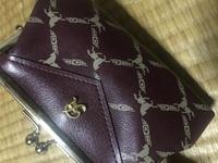 祖母のタンスから出てきたこちらのがま口財布のブランドを教えてください!  手がかりは「R」の文字と、馬と、鎖?のような柄だけです。  こちらのブランドや、どれくらい昔のものか、また 価値などを教えて...