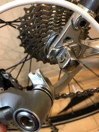 ロードバイクのフレームの修理は出来るのでしょうか?父の形見のロードバイクを壊してしまいました。 先日、亡くなった父のロードバイクを引き取りました。しばらく乗れていなかったからかサビだらけになっていた...