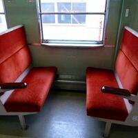 電車でこうゆう座席があると思うんですがこの前、写真のような座席の電車に乗ってて座ってました。 こうゆう形式の座席って場所によっては向かい合わせになりますよね、そうなると足元とか気を使わないけないし、嫌なので向かい合わせにならない所に座ってました。 こういう座席て背もたれを移動させられて他人と向かい合わせにならないようにできるのですが、たまたま僕の座ってた前の席の背もたれが動かせるタイプでした...