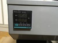 機械の設定温度の変更の仕方 何時もお世話になります、散弾銃の弾作り用で鉛を溶かす機械の設定温度変更のやり方を知りたいです。 アメリカ製 layman mag 25と言う機械なのですがdigitalメーターで最高温度は850Fまでしか鉛の温度を上げることが出来ません(最高設定温度が850F。です) どうしても良い弾頭を作るには880Fぐらいには温度を上げたいのですが 機械の最高設定温度が...
