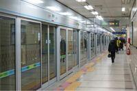 ソウルや上海なんかのホームドアはほとんどこんなやつで全駅設置なのに何で日本はホームドアが無かったり、あっても腰壁の高さまでしか無いんですか?