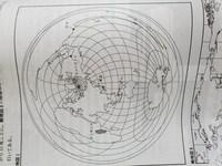この地図で東京が東経135度でリマが西経75度らしいのですが なぜリマは西経75度なのですか? 東京とリマの間は150度で東経180度で0からになるのなら東京から東経180度までは180-135=45度。150- 45でリマは西経105度にあると思ったのですが... 何故西経75度なのか教えて下さい。 ※経線は15度ごとに引かれています。