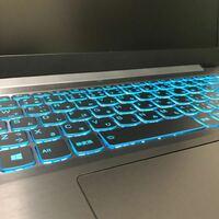 ノートパソコンのメーカーについて。 好きな声優さんが新しいノートパソコンを買ったらしいのですが、私自身も近々パソコンを買う予定なのでこのキーボードからメーカーを教えてもらいたいです。 スペースキーのマークが特徴的だと思うのですが詳しくないのでお願いします