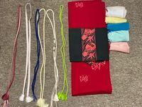 着物の組み合わせについて質問です。 先日、赤い蝶の模様のついた木綿のお着物を貰ったのですが、組み合わせ方がわかりません。  この黒の帯と合わせるとしたら、 横にある帯締め、帯揚げを使って どのような組み合わせをしたら見栄えがいいでしょうか。  個人的に黄緑の帯締めを使ってみたいです。  ちなみに、私は26歳です。  宜しくお願いします。   追伸 この赤のお着物に似合う色の帯は他に何色がいい...