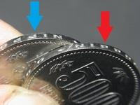 硬貨・紙幣の事なら俺(私)に訊け!!  と言う方々、宜しく御願い致します。 写真の様な500円玉の側面刻印で・・・  ①青と赤、どちらが正規な向きの刻印なのですか?  ②仮に逆刻印が在ったとして、プレミアと...