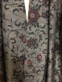 女性用着物 種類について 先日骨董市で買った着物の種類がわからないため、教 えていただきたいです。 手触りは少しかたく、八掛は濃い赤色です。 よろしくお願いいたします。