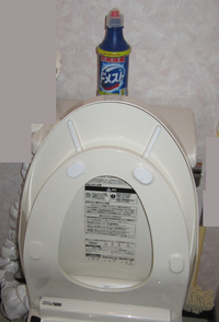 【トイレ掃除】便座の裏をきれいにする方法  トイレ掃除についての質問です。 便座の裏に飛び散ったものをきれいにする場合、トイレットペーパーにトイレ洗剤を付けて拭くのはおかしいでしょうか? 皆さんのご意見をお願い致します。