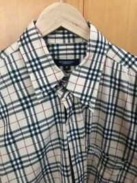 古着の価値のわかるかた このバーバリーのシャツを売りたいのですが、 どれくらいの価値のあるものですか? 韓国の古着市場で6000円ほどで購入したものです。 メルカリで見ると同じようなシャツでも値幅があるの...