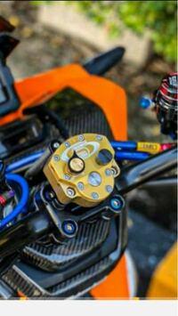 スクーターのハンドル真ん中に付いてある金色の部品は何でしょう?付けることによりどのような効果があるのか教えてください!
