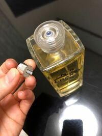 香水のノズルがプッシュボタンの方に 入ってしまっていて取れません。  アトマイザーに詰め替えたいのですが、 これでは詰め替えノズルが 付けられず困っています。 誰か解決法をご存知でしたら ご協力をお願いします!!