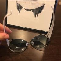 フレームとレンズの間に隙間のあるサングラスについて質問です。  画像のようにフレームからレンズが外れて隙間のあるサングラスを見つけたのですが、こういうタイプのものは普通にあるのでし ょうか?あるなら何と呼ばれるサングラスの種類なのか教えていただきたいです。よろしくお願いします。