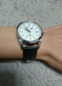腕時計のベルト交換、隙間が気になる  普段仕事の時に着けている腕時計の重さが気になっていたので、純正ステンレスベルトから市販革ベルトに交換しました。 重さの問題は解決されたのですが 、ラグが長いのかケースとベルトの隙間が気になります。  これは隙間が空きすぎでしょうか? 空きすぎでしたら、隙間が気にならなくなる何かいい手段がないか教えていただけますと幸いです。 (ロレックスなら...